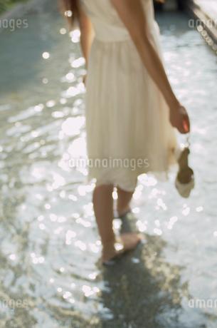 水に足を入れる女性の写真素材 [FYI02399989]