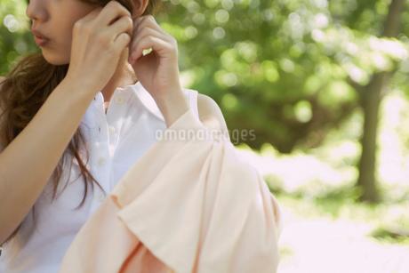 ピアスを直す女性の写真素材 [FYI02400009]