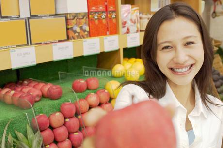 ショッピングをする女性の写真素材 [FYI02400017]