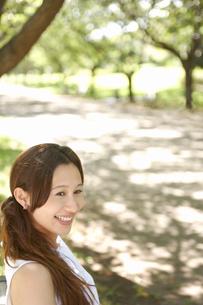 公園にいる笑顔の女性の写真素材 [FYI02400038]