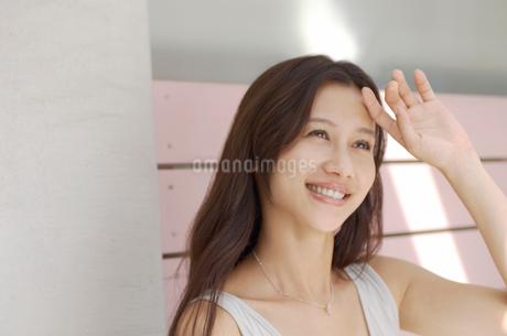 髪の長い笑顔の女性の写真素材 [FYI02400045]
