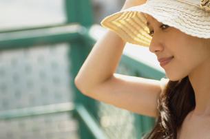 帽子をかぶった女性の写真素材 [FYI02400047]