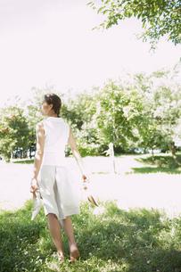 靴を脱いで歩く女性の後姿の写真素材 [FYI02400065]