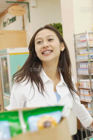 ショッピングをする女性の写真素材 [FYI02400067]