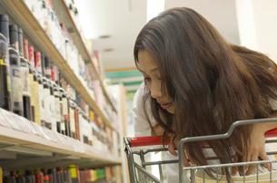 ショッピングをする女性の写真素材 [FYI02400068]