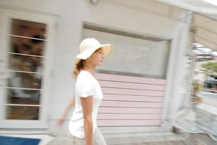 街を歩く女性の写真素材 [FYI02400073]