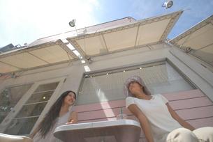 おしゃべりをする二人の女性の写真素材 [FYI02400075]