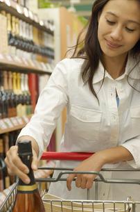 ショッピングをする女性の写真素材 [FYI02400082]