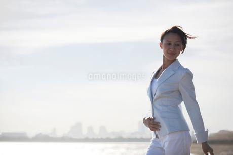 白いスーツを着た女性の写真素材 [FYI02400096]