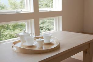 テーブルに置かれたティーセットの写真素材 [FYI02400098]