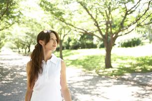 公園を歩く女性の写真素材 [FYI02400103]