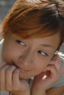 頬杖をつく女性の顔のアップの写真素材 [FYI02400105]