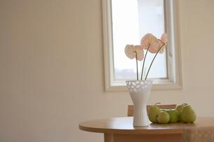 花と花瓶と果物の写真素材 [FYI02400110]