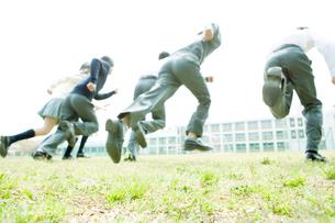 走り出す高校生の写真素材 [FYI02400114]