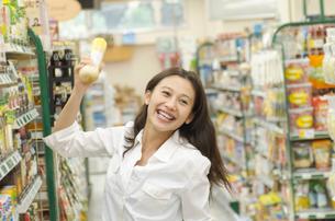 ショッピングをする女性の写真素材 [FYI02400118]