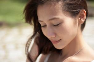 うつむく女性の写真素材 [FYI02400125]