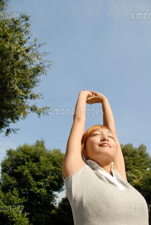 伸びをする女性の写真素材 [FYI02400132]