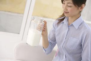 牛乳をもつ女性の写真素材 [FYI02400134]