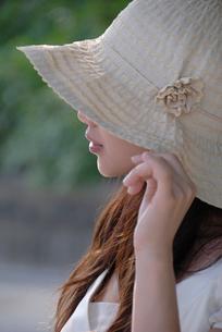 帽子をかぶった女性の写真素材 [FYI02400138]
