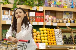 ショッピングをする女性の写真素材 [FYI02400139]
