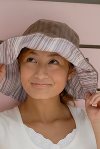 帽子をかぶった女性の写真素材 [FYI02400157]