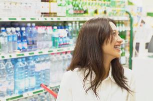 ショッピングをする女性の写真素材 [FYI02400158]