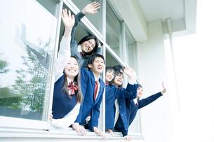 手を振る高校生たちの写真素材 [FYI02400163]