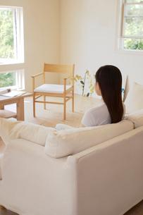 ソファに座る女性の写真素材 [FYI02400164]