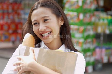 ショッピングをする女性の写真素材 [FYI02400173]