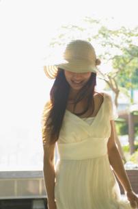 帽子をかぶった女性の写真素材 [FYI02400183]