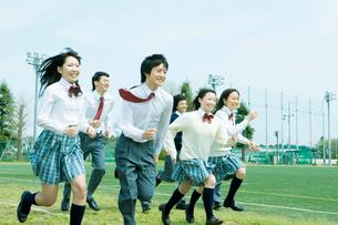 走り出す高校生の写真素材 [FYI02400189]