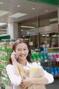 携帯電話で話す女性の写真素材 [FYI02400214]