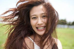 髪の長い笑顔の女性の写真素材 [FYI02400229]