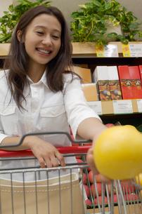 ショッピングをする女性の写真素材 [FYI02400244]