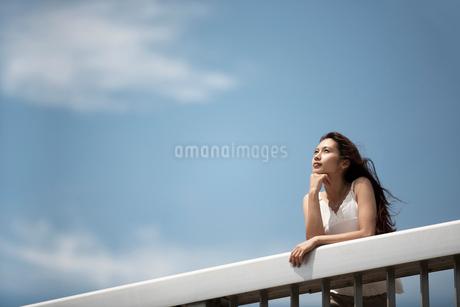頬杖をつく女性の写真素材 [FYI02400251]