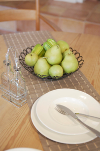 テーブルに置かれた果物と食器の写真素材 [FYI02400259]
