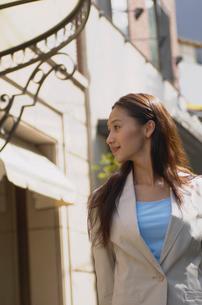 街を歩く女性の写真素材 [FYI02400263]