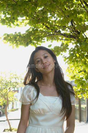 髪の長い笑顔の女性の写真素材 [FYI02400264]