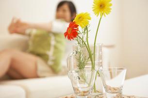グラスに飾った花の写真素材 [FYI02400275]