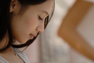 うつむく女性の横顔の写真素材 [FYI02400292]