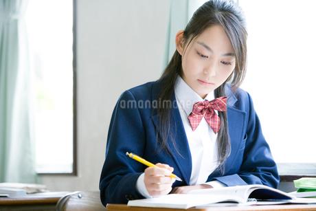 授業中の女子高生の写真素材 [FYI02400300]