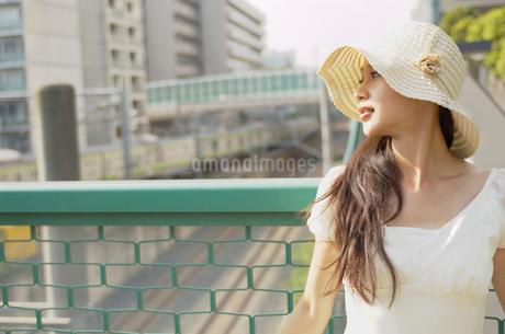 帽子をかぶった女性の写真素材 [FYI02400303]