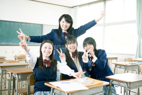 ピースをする女子高生の写真素材 [FYI02400313]