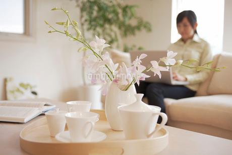テーブル上の食器と花の写真素材 [FYI02400315]