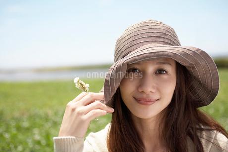 帽子をかぶった女性の写真素材 [FYI02400349]