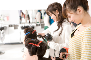 美容系の専門学生の写真素材 [FYI02400367]