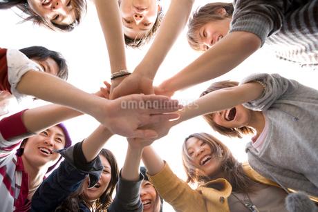 円陣を組む若者たちの写真素材 [FYI02400376]