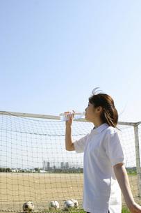水を飲む女性とサッカーゴールの写真素材 [FYI02400391]