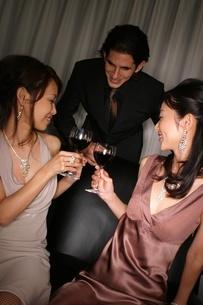 乾杯をする2人の女性と男性の写真素材 [FYI02400395]