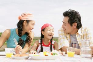 食事する家族の写真素材 [FYI02400431]